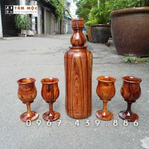 Chai rượu và ly gỗ cẩm lai