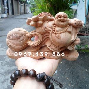 Tượng Phật Di Lặc gỗ xá xị để xe ô tô
