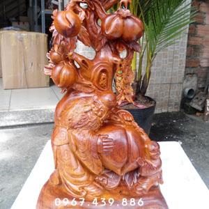Tượng Ông Thọ ôm đào và em bé gỗ hương