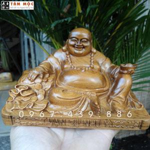 Phật Di Lặc để xe ô tô gỗ bách xanh