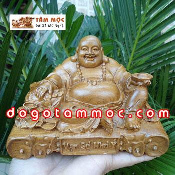 Phật Di Lặc để xe hơi gỗ bách xanh