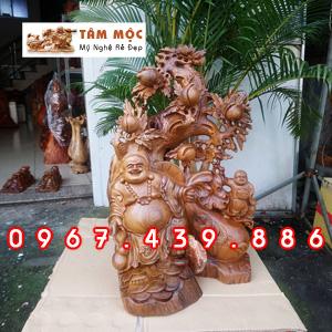 Tượng Phật Di Lặc đứng gốc đào gỗ bách xanh