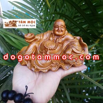 Tượng Phật để xe gỗ bách xanh