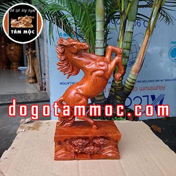 Tượng ngựa phong thủy tài lộc bằng gỗ hương